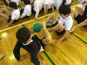 ドッジボールを使って足とあしでリレー競争!どのチームが一番はやいかな?